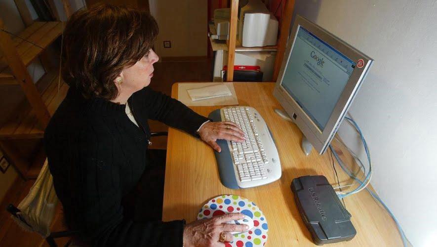 mujer consultando NIT de empresa en el ordenador